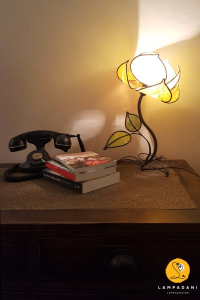 flower-shaped table lamp